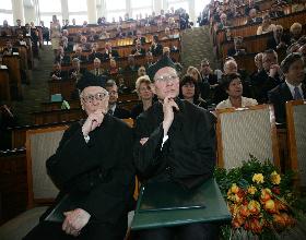 Prof. Janusz Beksiak (z lewej) podczas uroczystości wręczenia prof. Leszkowi Balcerowiczowi Doktoratu Honoris Causa Akademii Ekonomicznej w Katowicach.