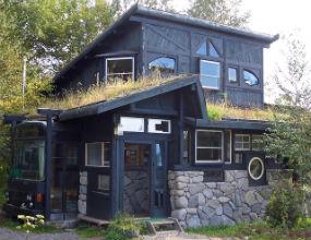 Dom, który powstał w ramach recyklingu niepotrzebnych elementów, m.in. starych aut. (CC By-NC-SA Focx)