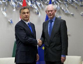 Viktor Orban, premier Węgier (z lewej na zdjęciu z Hermanem Van Rompuyem, prezydentem UE) już się żegna z prezydencją w Unii, ale jej ślad pozostanie. (CC By NC-ND President of EC)