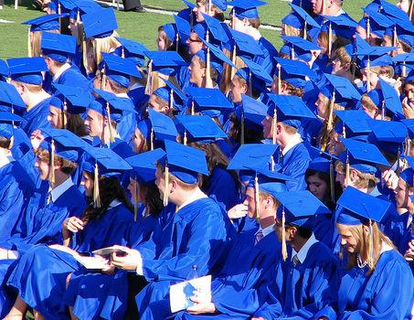 Co roku mury szkół średnich i wyższych w Polsce opuszcza 420 tys. absolwentów. (CC By-NC-SA cseeman)