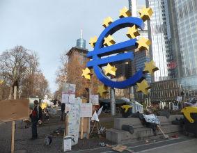 Miasteczko namiotowe 'Oburzonych' przed siedzibą EBC we Frankfurcie (Fot. OF/KM)