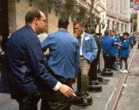 Maklerzy NYSE na przerwie, przed budynkiem giełdy (Fot. K. Mokrzycka)