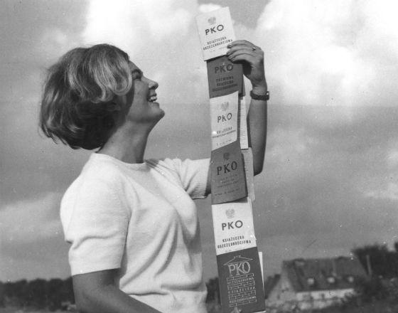 Reklama książeczek oszczędnościowych PKO z października 1967 r. (Fot. PAP)