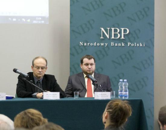 Andrzej Sławiński, szef Instytutu Ekonomicznego (z lewej) na konferencji prezentującej raport o inflacji (fot. NBP)