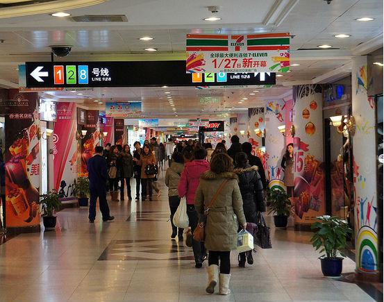 Chiny wysyłają Chińczyków do sklepów, a fabryki na prowincję