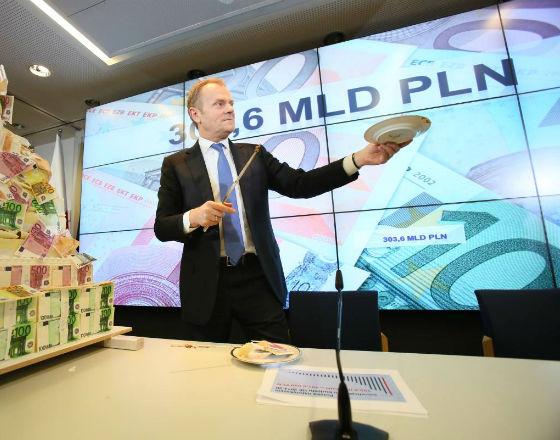 Premier Donald Tusk na konferencji w Brukseli po zakończeniu negocjacji w sprawie budżetu EU 2014-2020 (c) PAP
