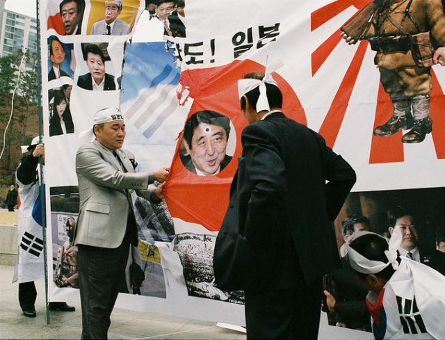 Manifestacja przeciwników premiera Shinzo Abe. (CC NC ND By the_LOLRUS)