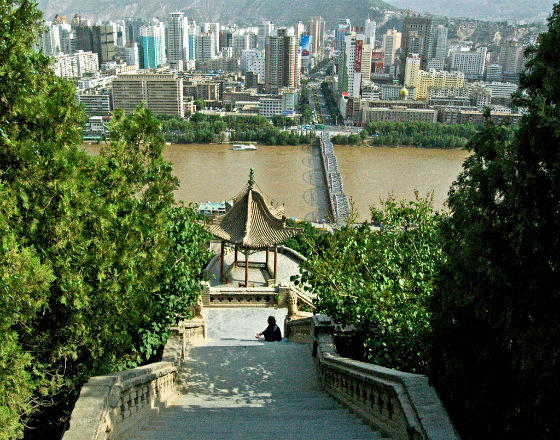 Lanzhou, stolica prowincji, która będzie początkiem nowego Jedwabnego Szlaku. (CC By Richard Weil)