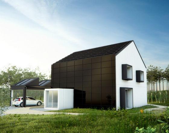 Drewniany dom pokryty ogniwami słonecznymi na dachu i elewacji oraz na wiacie (tzw. klimat-smart house; CC By NC ND Vattenfall)