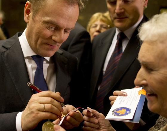Prime Minister Donald Tusk with a senior (CC BY Kancelaria Prezesa Rady Ministrów)