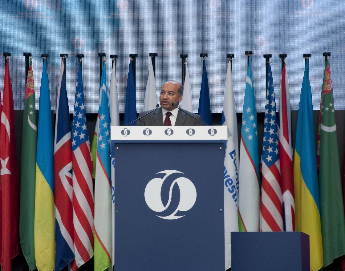 Suma Chakrabarti, prezes EBOiR, otwiera konferencję w Warszawie (Fot. NBP/A.Barabasz)