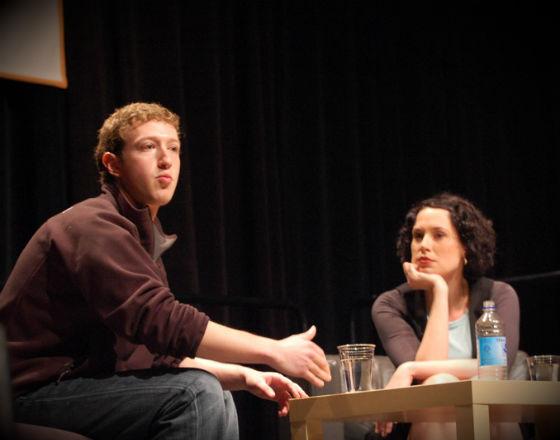 Mark Zuckerberg, twórca imperium Facebooka. Powiedzieć o nim, że nie uznaje tradycyjnego biznesowego stylu, to malo. (CC By Andrew Feinberg)