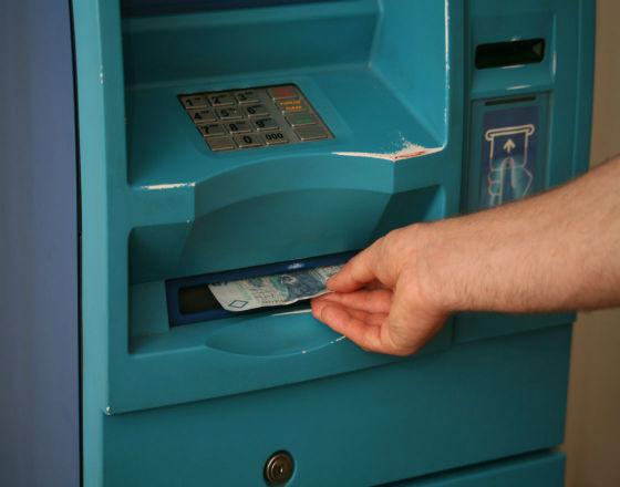 Raport NBP: za i przeciw wprowadzaniu nowych opłat za wypłatę z bankomatu
