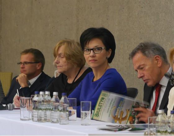 Z punktu widzenia przedsiębiorstw wyzwaniem będzie presja na wzrost płac - podkreśla prof. Małgorzata Zaleska, członek zarządu NBP. (w środku)
