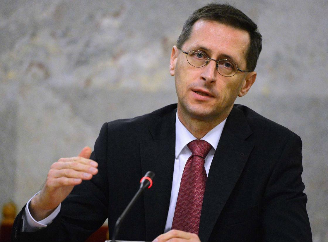 Mihály Varga, minister gospodarki, ocenił możliwe wpływy z podatku od transmisji przez internet na 20 mld forintów (270 mln zł) (Fot. PAP)