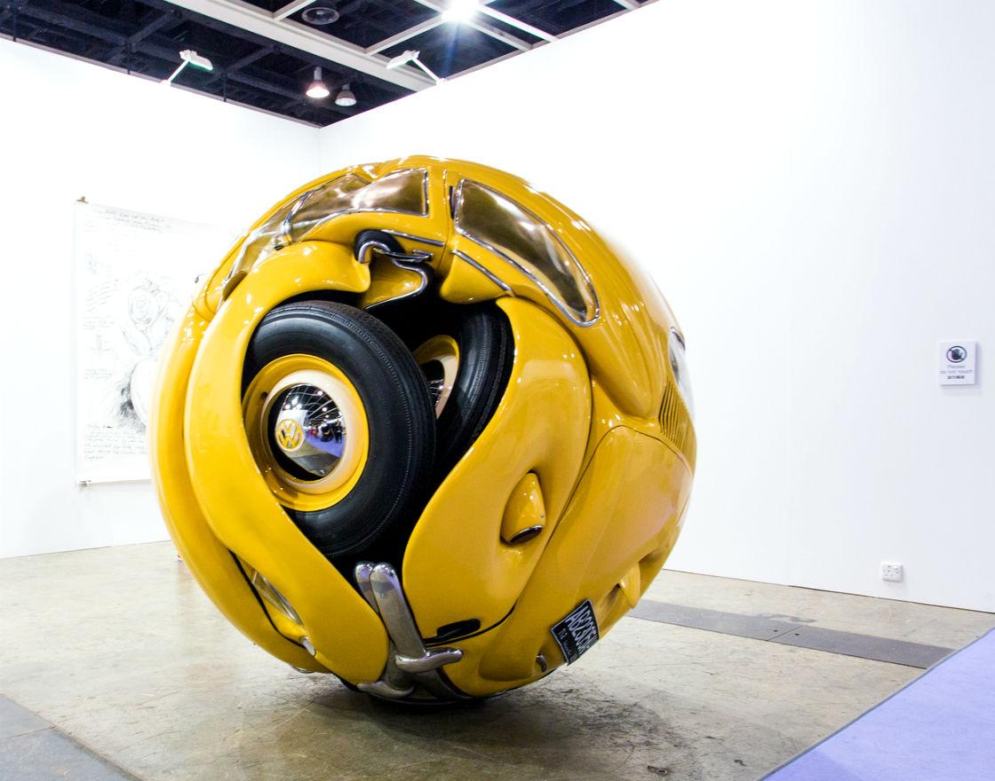Beetle Sphere (kula z prawdziwych części z VW Beetle '53) Art Basel w Hongkongu. (CC By See-ming Lee)