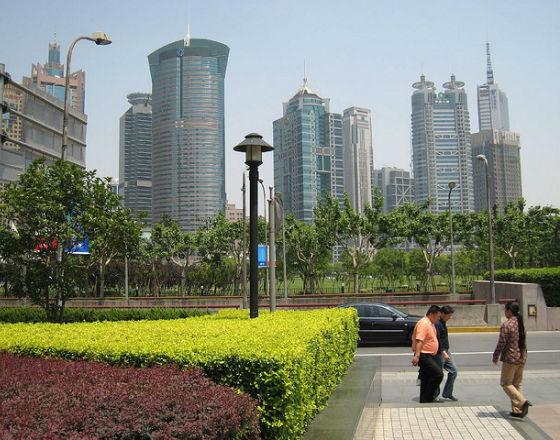 Lujiazui, finansowa dzielnica Szanghaju. W tle, za budynkiem z dwoma dyskami na dachu, widoczny budynek szanghajskiej giełdy.(CC BY-NC-ND Birger Hoppe)