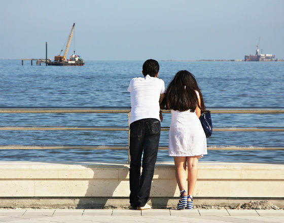 Z deptaka w Baku dobrze widać platformy wiertnicze na Morzu Kaspijskim. (CC By NC ND Pierre)