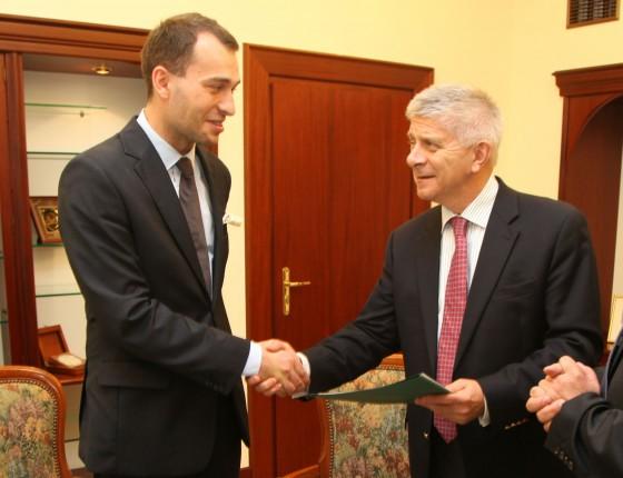 Piotr Arak, laureat I edycji konkursu, odbiera dyplom z rąk prof. Marka Belki, prezesa Narodowego  Banku Polskiego