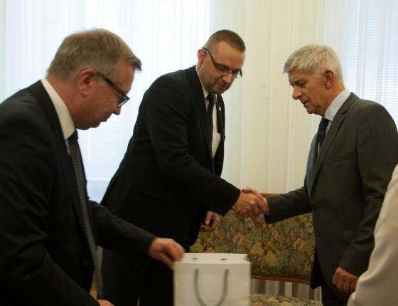 Lech Mucha, zwycięzca III edycji, odbiera z rąk prof. Marka Belki i Krzysztofa Bienia nagrodę za  najlepszą pracę