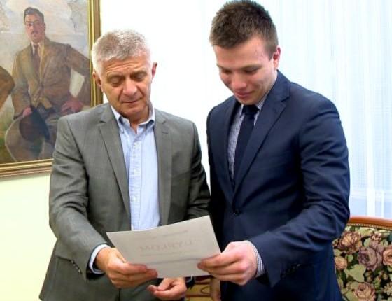 Krystian Jaworski, zwycięzca IV edycji, odbiera nagrodę z rąk prof. Marka Belki, prezesa NBP