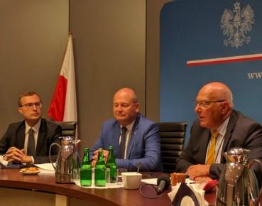 Od lewej: Paweł Borys, prezes PFR, wiceministrowie rozwoju: Witold Słowik, Tadeusz Kościński (fot. MP)
