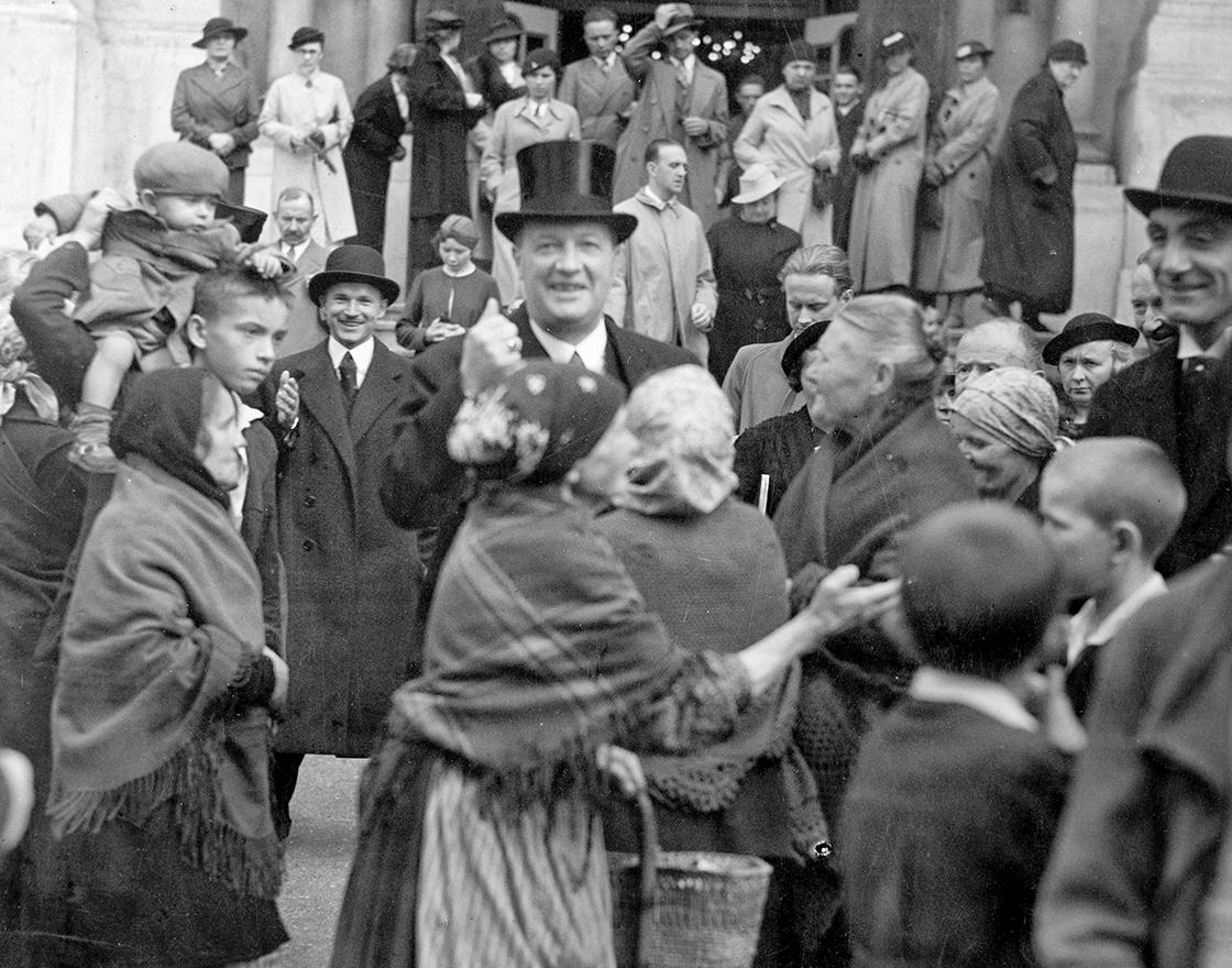 Bieda i bogactwo w Polsce 1936 Uczestnicy nabożeństwa opuszczają cerkiew na Pradze. Na pierwszym planie charge d`affaires Poselstwa Jugosławii Fot NAC Ko