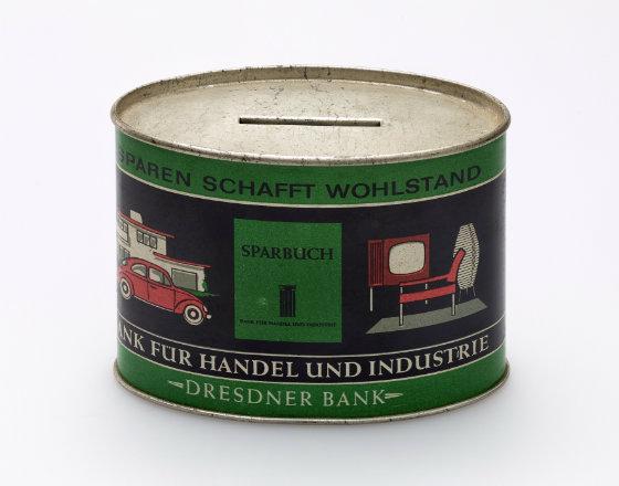 """Skarbonka z przesłaniem Dresdner Banku (lata 50.): """"Oszczędności tworzą dobrobyt""""  (© Deutsches Historisches Museum)"""