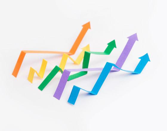 Sześć strzałek w różnych kolorach