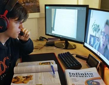 Uczeń uczestniczy w lekcji z domu. Mediolan, Włochy – marzec 2020 r.