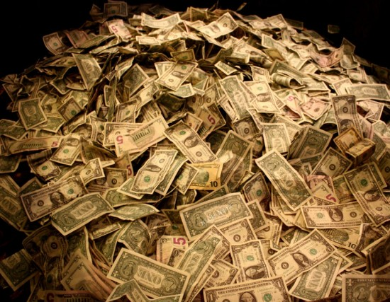 pieniądze-góra-pieniędzy-dolary-CC-By-SA-Nick-Ares-550x427
